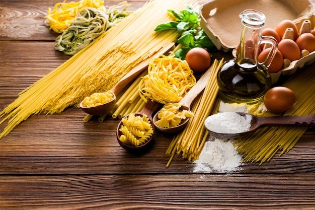 Spaghetti en noedels met pasta op tafel in de keuken met eieren