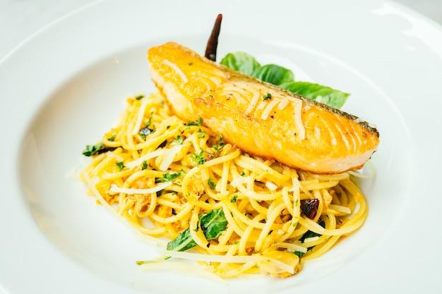 Spaghetti en pasta met zalmfilet