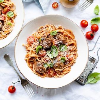 Spaghetti gehaktbal gegarneerd met parmezaanse kaas en basilicum
