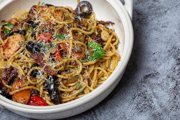 Spaghetti gewokt in een bord
