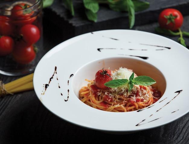 Spaghetti in bolognaisesaus en met parmezaanse kaas