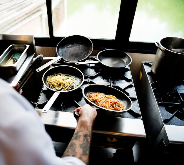 Spaghetti in een pan op het wokstation