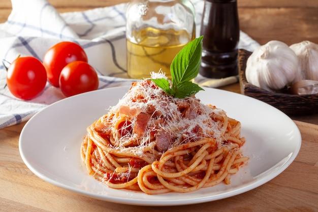 Spaghetti in een schotel op een houten achtergrond
