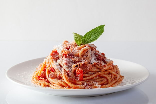 Spaghetti in een schotel op een witte achtergrond