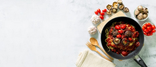 Spaghetti in panbovenaanzicht van heerlijke pasta bolognese in pan in de buurt van ingrediënten