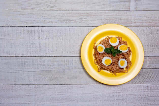 Spaghetti maaltijd op houten tafel