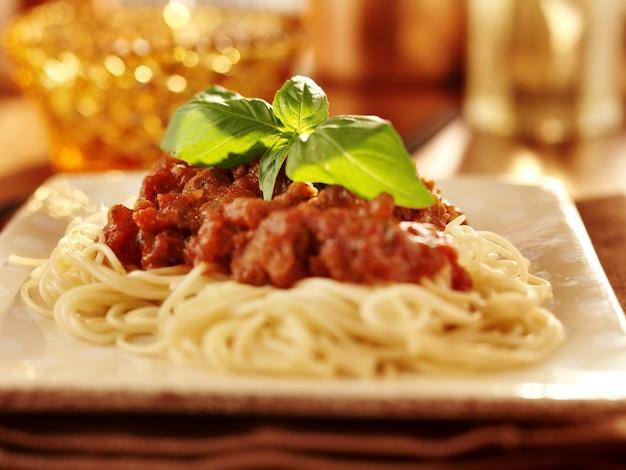 Spaghetti met basilicumgarnituur en tomatensaus