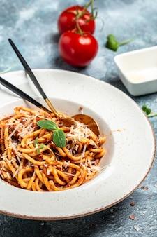 Spaghetti met bolognesesaus. traditionele italiaanse keuken, kookconcept, verticaal beeld. kopieer ruimte,