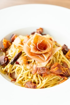 Spaghetti met chili, olijfolie en spekjes van prosciutto