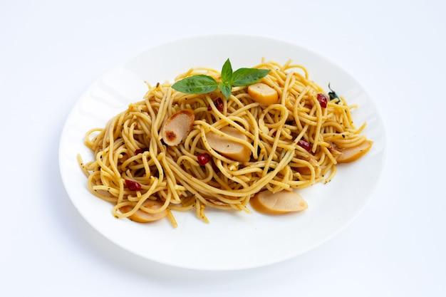 Spaghetti met gedroogde chili en hotdogs
