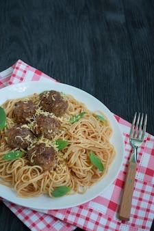 Spaghetti met gehaktballetjes en kruiden. carbonara-pasta. italiaans eten. plat liggen. plaats voor tekst.