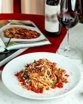 Spaghetti met gehakte tomaten, munt en kaas