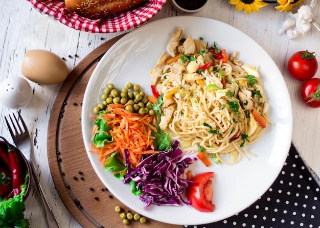 Spaghetti met gesneden groenten en bonen