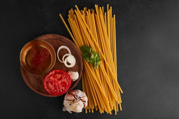 Spaghetti met ingrediënten rond, bovenaanzicht.