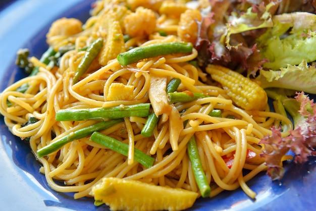 Spaghetti met jonge maïs en slabonen