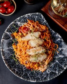 Spaghetti met kip in tomatensaus bovenaanzicht