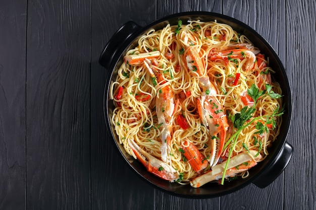 Spaghetti met krab in pittige witte wijnsaus