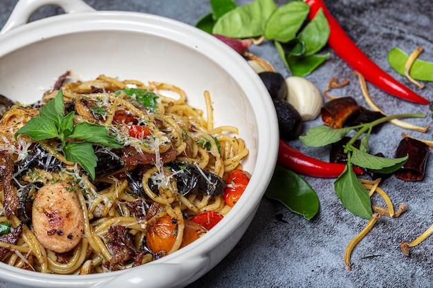 Spaghetti met pittige zeevruchten in schotel