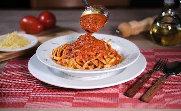 Spaghetti met pomodorosaus