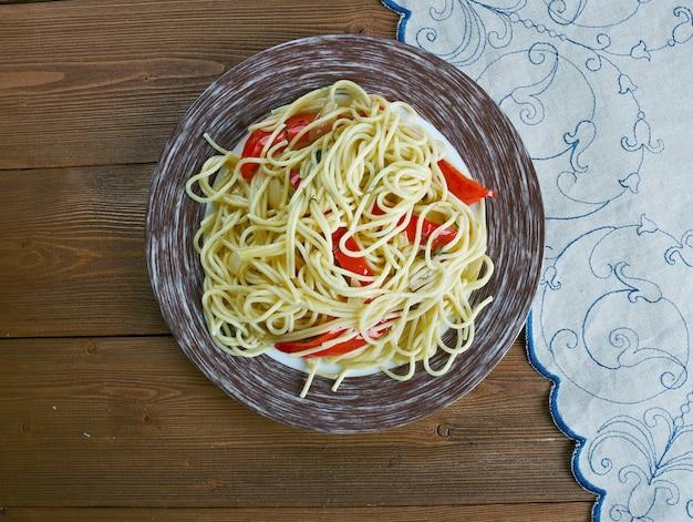 Spaghetti met spaanse smaken. spaanse deegwaren met worst