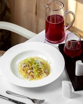 Spaghetti met spek in roomsaus en rucola