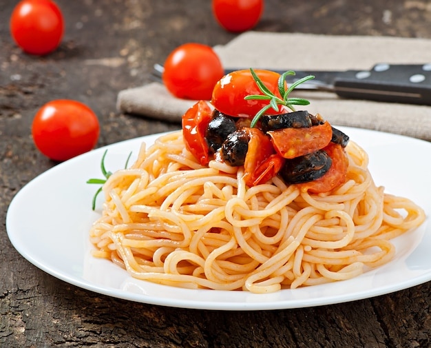 Spaghetti met tomaat en olijven