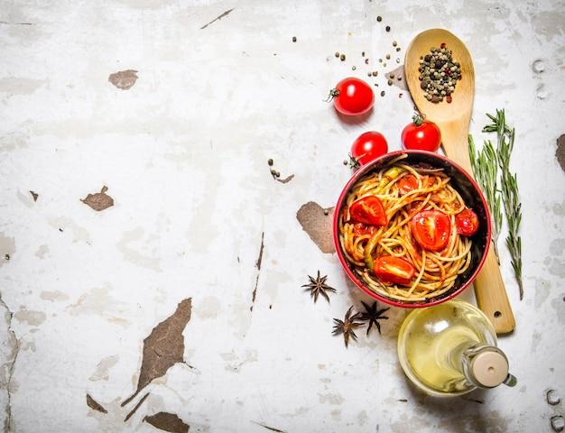 Spaghetti met tomatenpuree, olijfolie en kruiden.