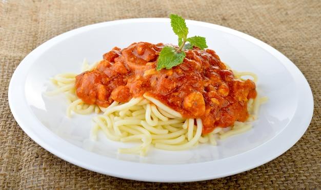 Spaghetti met tomatensaus dicht omhoog