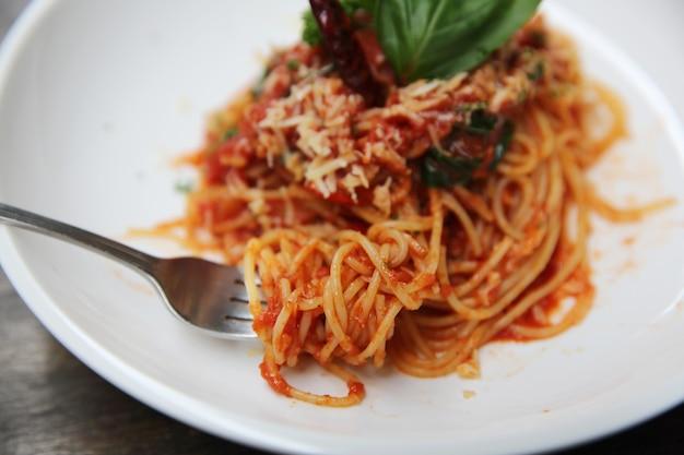 Spaghetti met tomatensaus en verse basilicum op hout, italiaanse pasta