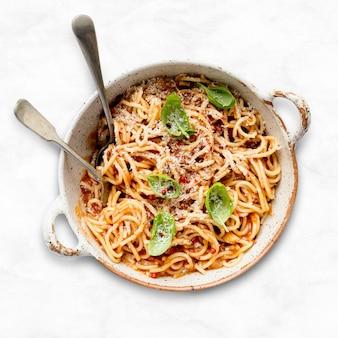 Spaghetti met tomatensaus van marinara gegarneerd met parmezaanse kaas en basilicum