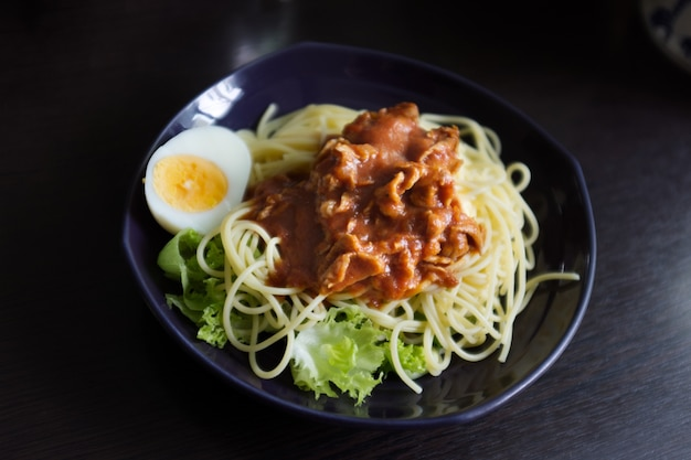 Spaghetti met varkensvlees-tomatensaus met ei, huisgemaakt eten