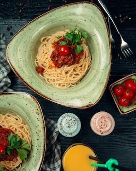 Spaghetti met vlees in tomatensaus