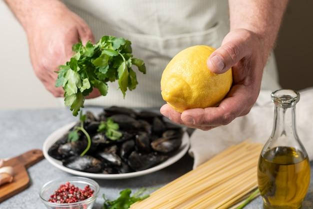 Spaghetti met zeevruchten mosselen peterselie citroen en olijfolie thuis koken concept