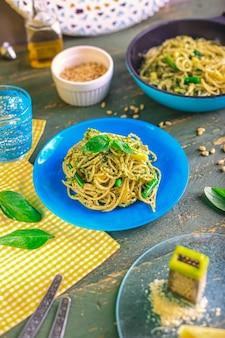 Spaghetti met zelfgemaakte pestosaus basilicum foto van hoge kwaliteit