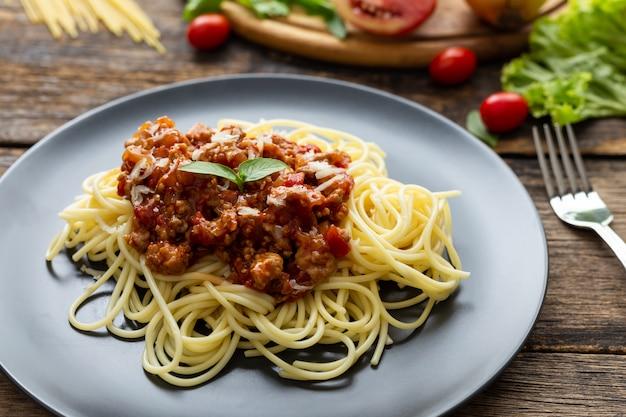 Spaghetti op zwarte plaat