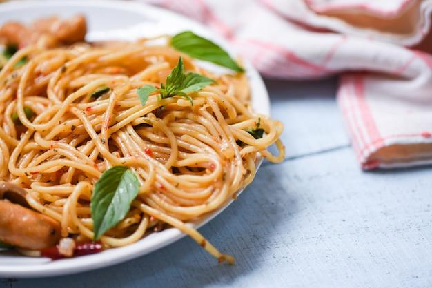 Spaghetti pasta en tomaat spaanse peper en basilicum bladeren groenten
