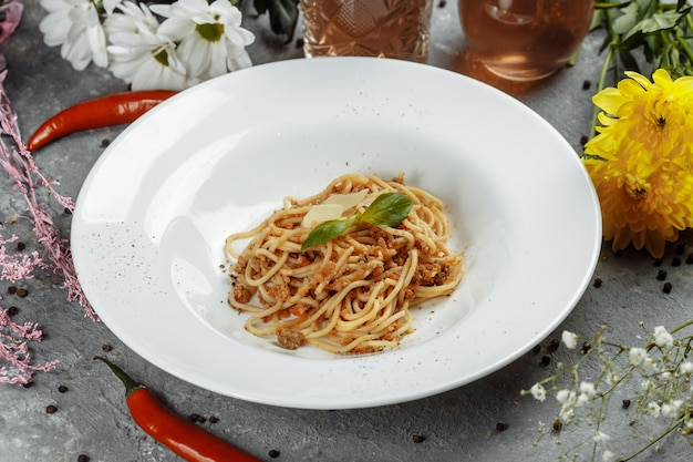 Spaghetti pasta met bolognese saus en parmezaanse kaas, bovenaanzicht.