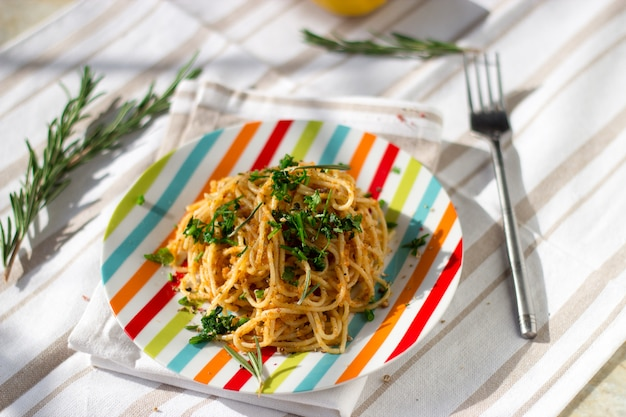 Spaghetti pasta met broodkruimels, citroen en kruiden.
