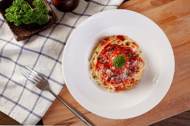 Spaghetti pasta met gehaktballetjes en tomatensaus.
