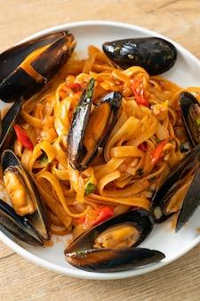 Spaghetti pasta met mosselen of venusschelpen en tomatensaus - italian food style Premium Foto