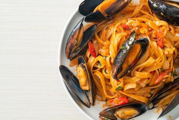 Spaghetti pasta met mosselen of venusschelpen en tomatensaus - italian food style