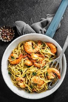 Spaghetti pasta met pesto en garnalen
