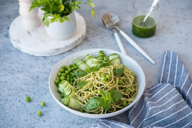 Spaghetti pasta met pestosaus en verse kruiden