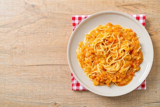 Spaghetti pasta met romige tomatensaus of roze saus