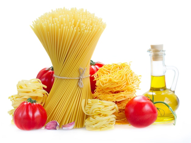 Spaghetti, tonarelli en tagliatelle pasta met rauwe tomaten en olijfolie geïsoleerd op wit