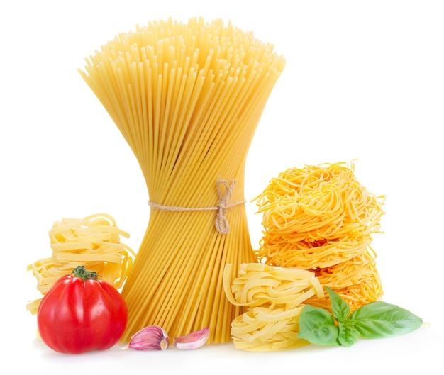 Spaghetti, tonarelli en tagliatelle pasta met rauwe tomaten geïsoleerd op wit