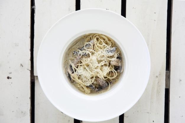 Spaghetti truffelsaus met champignons op hout