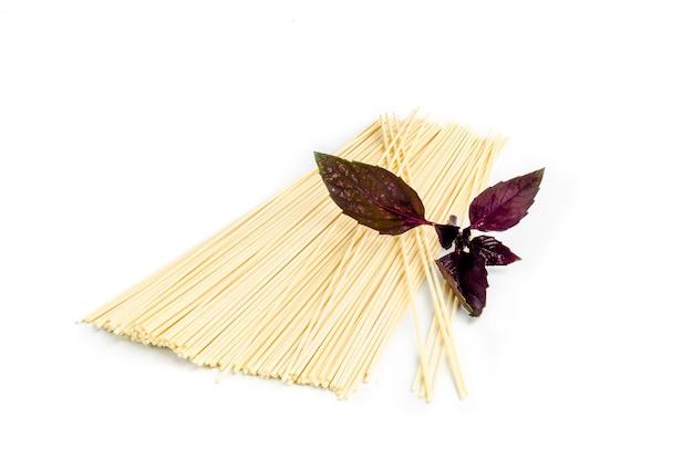 Spaghetti versierd met wat basilicum.