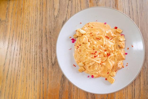 Spaghetti zalm roomsaus. italiaanse eetstijl