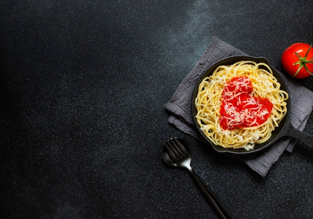 Spaghettideegwaren met hartvormige tomatensaus